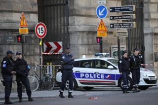 Policía a las puertas del museo del Louvre, en París.