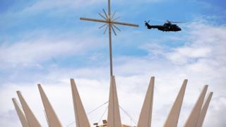 Helicóptero faz treinamento para segurança da posse perto de monumento