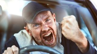 Hombre enfadado en el carro.