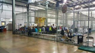 Jaula gigante llena de inmigrantes ilegales