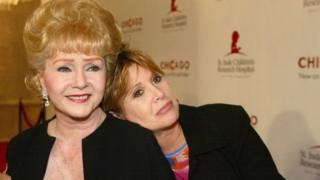 Debbie Reynolds (solda), 60 yaşında ölen kızı Carrie Fisher ile birlikte