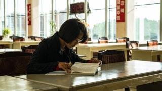 함경북도 청진에 있는 한 도서관에서 책을 보고 있는 소녀