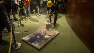 示威者采取的行动具有象征意义,例如破坏的画象均是被指过份亲建制的立法会历任或现任主席。