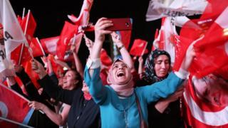 أنصار أردوغان وحزب العدالة والتنمية يحتفلون بنتائج الانتخابات التركية