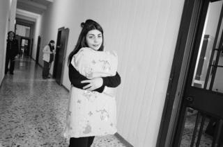 Заключенная в неаполитанской тюрьме с постельным бельем в руках