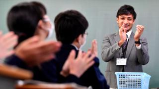 Rodrigo Igi diante de seus alunos no Japão