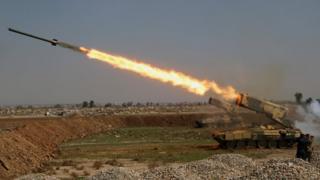 Irak güçlerinin 5 Mart Pazar günü Musul'un batısında IŞİD mevzilerine fırlattığı bir roket