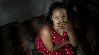 Nahín en la pequeña choza en la que vive en San Pedro Sula.