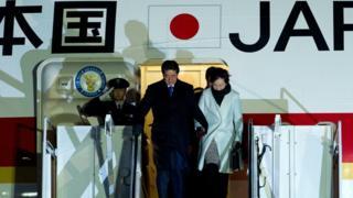 นายกรัฐมนตรีชินโซ อาเบะ ของญี่ปุ่น เดินทางถึงสหรัฐฯ