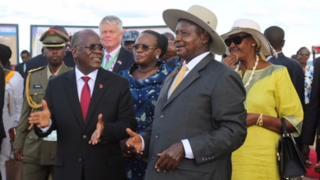 Magufuli na Museveni Alhamisi waliweka jiwe la msingi la Mradi wa Bomba la Mafuta Ghafi la Afrika Mashariki katika kijiji cha Luzinga, Mutukula nchini Uganda.