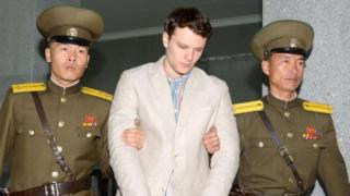Түндүк Корея агитациялык плакатты уурдап кетүүгө аракет кылган деп 15 жылга эркинен ажыраткан америкалык студент Отто-Фридерик Уормбир.
