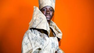 Generación Real una mujer de Angola luciendo un traje tradicional