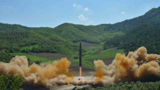"Itangazamakuru rya Korea ya Ruguru niryo ryasohoye ino foto ku munsi wa kabiri igihe ""missile"" itegwa"