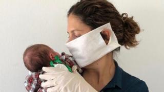 'Ainda não consegui beijar minha filha': a dura realidade de dar à luz com covid-19