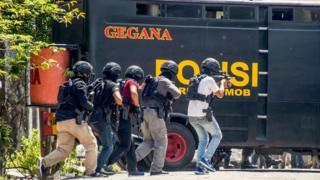 Para petugas Densus 88 menggrebek dan mengeledah rumah terduga pelaku serangan bom bunuh diri polrestabes Surabaya.
