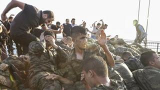 Pasukan Turki yang terlibat dalam usaha kudeta bulan Juli 2016, menyerahkan diri.