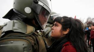 Şilili gösterici ve polis