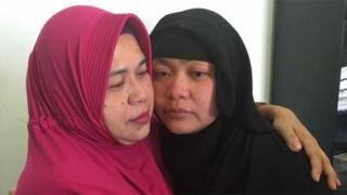 Tuti dan ibunya saling berpelukan pada pertemuan terakhir mereka di penjara Arab Saudi, Mei lalu