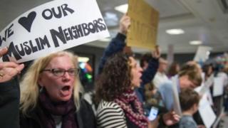 У США указ пана Трампа викликав невдоволення серед населення. Люди влаштовують акції протесту вже кілька днів поспіль