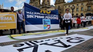 """Imyiyerekano y'abashigikira n'abatemera amasezerano y'amahoro iruhande y'inyubakwa ya """"Congrès"""" i Bogota"""