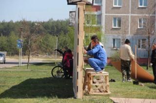 """Головна аудиторія фестивалю """"86"""" серед славутичан - молодь. Школярки фотографуются навпроти стіни - частини проекту імпровізованого """"14-го кварталу"""" Славутича"""