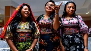 Mujeres Guna vistiendo ropas que muestran el diseño tradicional conocido como mola.