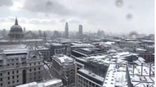 लंडनच्या कॅनरी वॉर्फ भागातून टाईम लॅप्सच्या तंत्रानं टिपलेला बर्फाळलेला आसमंत.