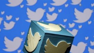 """يستخدم """"توتير"""" نحو 330 مليون شخص في العالم فيما يبلغ عدد مستخدمي """"فيسبوك"""" ملياري شخص."""