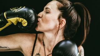 Дівчина в боксерських рукавичках