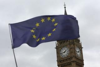 Bandera de la Unión Europea ondea ante el Big Ben en Londres.