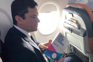 Sérgio Moro no avião a caminho do encontro com Bolsonaro