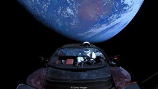 د سپیس ایکس اعلان کې وینو چې ټیسلا روډستر له بې روح چلوونکي سره فضا ته د راکټ په څېر ځي او د مریخ پر لور سفر کوي.