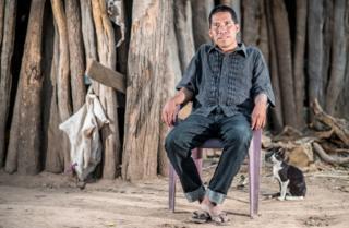 Chagabi Etacore sitting sentado en una silla en el bosque