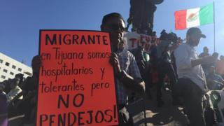 Cartaz de protesto: 'Migrantes, em Tijuana somos hospitaleiros e tolerantes, mas não somos idiotas'