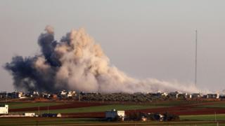 Дым над корестностями города Серакиб в сирийской провинции Идлиб, 26 февраля 2020 года