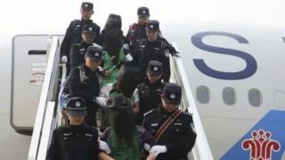 去年,在肯尼亚,马来西亚,亚美尼亚和柬埔寨都台籍人士因涉嫌跨国界电信诈骗被送到中国大陆。
