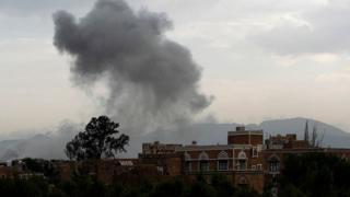 سحابة دخان إثر غارة شنتها قوات التحالف بقيادة السعودية استهدفت مسلحين في صنعاء (صورة أرشيفية)