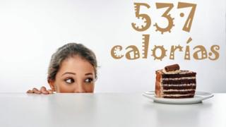Chica mirando tajada de pastel de chocolate
