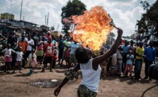 Dis member of Kenya acrobat group Kibera Messenger dey breathe fire as e dey perform for Nairobi on Wednesday.