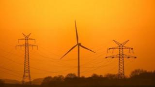 Torres eléctricas y un aerogenerador