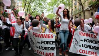Wake wa maafisa wa polisi waandamana Paris Ufaransa