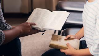 pessoas lendo a bíblia