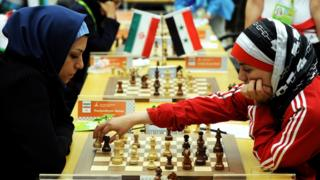Jugadoras de ajedrez con velo