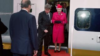 法国前总统密特朗在科凯勒迎候英女王伊丽莎白二世