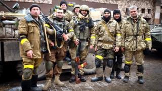 У щоденниках бійці, які воювали в Іловайську та Донецькому аеропорту, згадують своїх загиблих товарішів. На цьому фото - вояки 90-го десантного батальйону перед виїздом у новий термінал ДАПу. Двоє з них пізніше загинуть