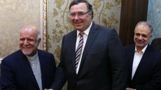 پاتریک پویانه، مدیر عامل توتال و بیژن زنگنه، وزیر نفت ایران