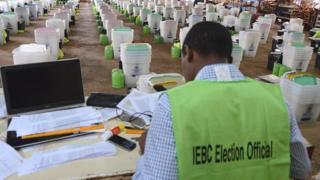 Raila Odinga, le principal candidat de l'opposition, ne reconnait pas les résultats provisoires qui donnent une large avance au président sortant Uhuru Kenyatta.