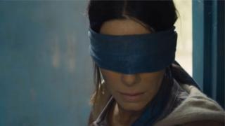 Star of di Bird Box feem, Sandra Bullock wey blindfold her eyes.