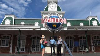 у входа в парк Dreamworld