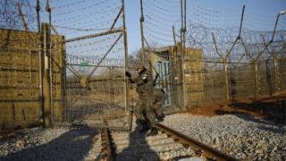 Tentara Korea Selatan membuka gerbang di perbatasan dengan Korea Utara (30 November 2018)